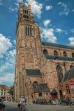 Domkyrka, folk och cyklar för ` s för St Salvator i Bruges Arkivbilder