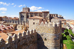Domkyrka från den gamla fästningväggen royaltyfria bilder