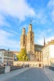 Domkyrka Grossmunster av Zurich - sikt från bron Royaltyfria Bilder