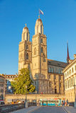 Domkyrka Grossmunster av Zurich - sikt från bron Fotografering för Bildbyråer