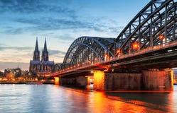 Domkyrka i Cologne på natten arkivbild