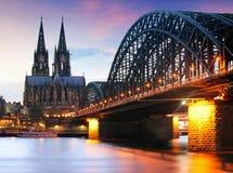 Domkyrka i Cologne p? natten arkivbilder