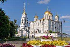 Domkyrka i den historiska delen av den Vladimir staden - Ryssland Rysk guld- cirkel royaltyfria bilder