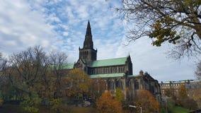Domkyrka i Skottland och fördunklad himmel Royaltyfri Bild