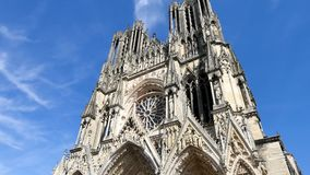 Domkyrka i staden av Reims, Frankrike stock video