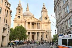 domkyrka london utanför paulsperson som protesterarst Arkivfoto