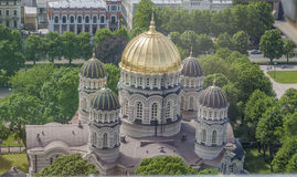 Domkyrka med det guld- tornet Arkivbild