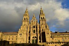 Domkyrka med solnedgångljus Obradoiro fyrkant, regnig dag, grå himmel Barock fasad och torn, Santiago de Compostela, Spanien royaltyfria bilder