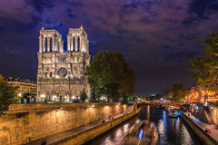 Domkyrka Notre Dame de på natten Arkivbild