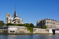 Domkyrka Notre Dame de Paris från floden Seine Arkivfoton
