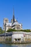 Domkyrka Notre Dame de Paris från floden Seine Fotografering för Bildbyråer
