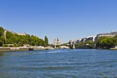 Domkyrka Notre Dame de Paris från floden Seine Arkivbilder