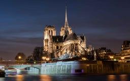 Domkyrka Notre Dame de Paris på natten Fotografering för Bildbyråer