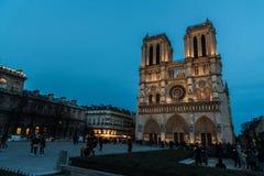 Domkyrka Notre Dame de Paris på natten Royaltyfri Foto