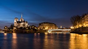 Domkyrka Notre Dame de Paris på natten Arkivbilder