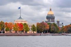 Domkyrka och Amiralitetet för ` s för St Isaac i hösten, St Petersburg, Ryssland royaltyfria bilder