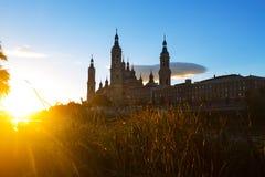 Domkyrka och Ebro i solig morgon Zaragoza Arkivbild