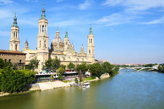 Domkyrka och Ebro River i Zaragoza Royaltyfri Foto