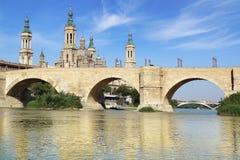 Domkyrka och Ebro River i Zaragoza Arkivfoto