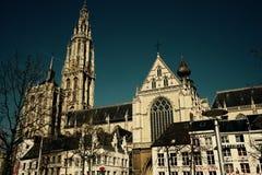 Domkyrka och gamla hus i Antwerp royaltyfria foton