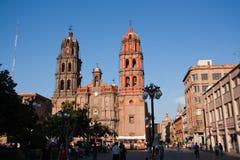 Domkyrka och gata i San Luis Potosi Arkivbild