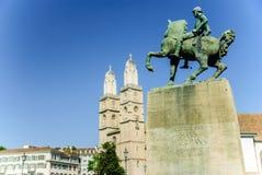 Domkyrka- och Hans Waldmann monument, Zurich, Schweiz Royaltyfri Foto