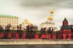 Domkyrka och Ivan Great Bell Tower av MoskvaKreml, Russi Royaltyfri Foto