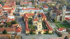Domkyrka och Roman Catholic Cathedral för kröning ortodox i den Alba Iulia staden stock video