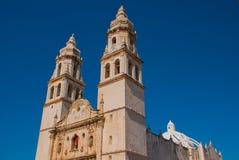 Domkyrka på bakgrunden av blå himmel San Francisco de Campeche, Mexico royaltyfri bild