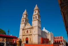 Domkyrka på bakgrunden av blå himmel San Francisco de Campeche, Mexico arkivbild