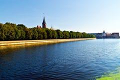 Domkyrka på den Kneiphof ön och fiskeläget. Kaliningrad (till Koenigsberg 1946), Ryssland royaltyfri bild