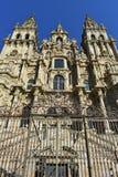 Domkyrka: Perspetive fasad underifrån Gammal järnport, fasadcloseup med den rena stenen Solig dag Santiago de Compostela spain royaltyfria bilder