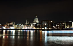 Domkyrka Saint Paul på natten Arkivbilder