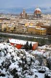 Domkyrka Santa Maria del Fiore Duomo och campanile för giottosklockatorn, i vinter med snö Florence, Tuscany Royaltyfria Foton