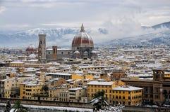 Domkyrka Santa Maria del Fiore Duomo och campanile för giottosklockatorn, i vinter med snö Florence, Tuscany Arkivbild