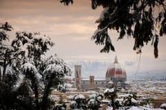Domkyrka Santa Maria del Fiore Duomo och campanile för giottosklockatorn, i vinter med snö Florence, Tuscany Fotografering för Bildbyråer
