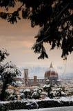Domkyrka Santa Maria del Fiore Duomo och campanile för giottosklockatorn, i vinter med snö Florence, Tuscany Arkivfoton
