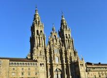 Domkyrka Santiago de Compostela, Obradoiro fyrkant, Spanien Barock fasad och torn, sidosikt med solnedgångljus Solig dag som är b arkivbild