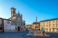 Domkyrka Santo Stefano med springbrunnen Arkivbild
