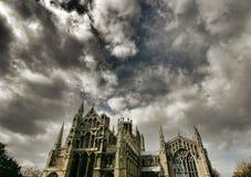 domkyrka som är dramatisk ely över skyen Royaltyfri Foto