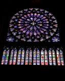 domkyrkadameexponeringsglas inom nedfläckadt fönster för notre Arkivfoton