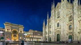 DomkyrkaDuomodi Milano och Vittorio Emanuele galleridag till natttimelapse i fyrkantiga Piazza Duomo, Milan, Italien stock video