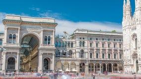 DomkyrkaDuomodi Milano och Vittorio Emanuele galleritimelapse i fyrkantiga Piazza Duomo på den soliga sommardagen, Milan arkivfilmer