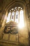 Domkyrkagravvalv nedanför målat glassfönster Arkivbilder