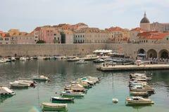 Domkyrkakupol och gammal port dubrovnik croatia arkivbilder