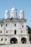 Domkyrkan av de tolv apostlarna den MoskvaKremlSobornaya fyrkanten field treen Royaltyfri Bild