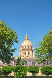 Domkyrkan av Invalids i solig vårdag Berömda touristic ställen och loppdestinationer i Paris arkivfoto