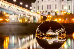 Domkyrkan av Kristus som frälsaren reflekterade i den glass bollen abstrakt bollexponeringsglas för bakgrund 3d domkyrkachrist mo Arkivfoto