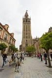 Domkyrkan av Seville med de Giralda sikterna från piazza Virg royaltyfri bild