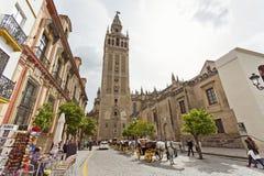 Domkyrkan av Seville med de Giralda sikterna från piazza Virg royaltyfria foton